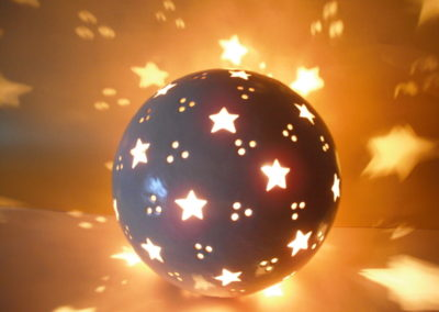 leuchtkugel aus Ton mit Sternen
